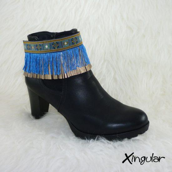 Cubrebotas Étnico Tapapuntos Étnico azul y plata y flecos azules