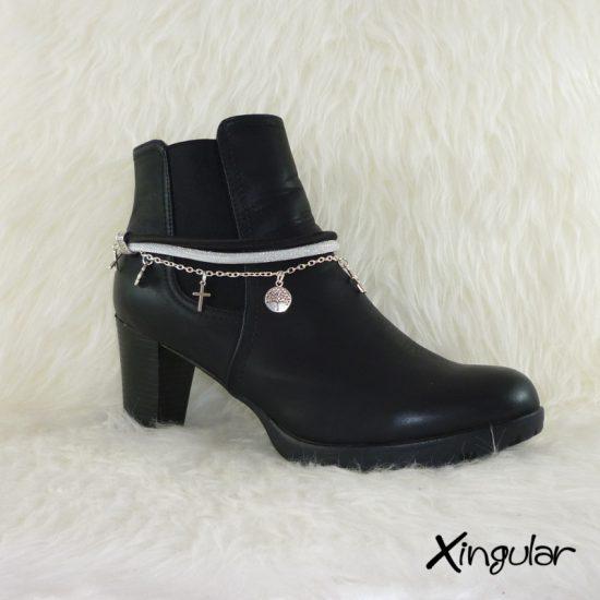 pulsera-botas-metalizadas-blanco-y-cordon-raso-negro