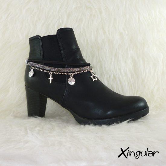 pulsera-botas-metalizadas-plata-y-cordon-raso-negro