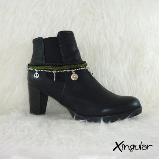 Pulsera botas metalizadas verde y cordón raso negro