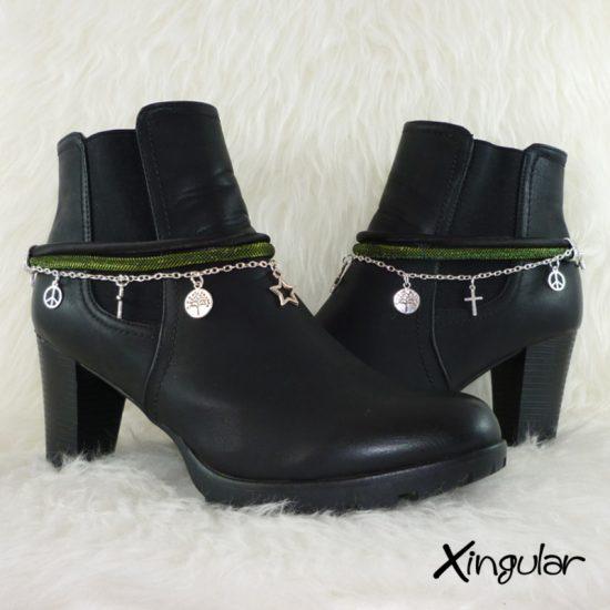 pulsera-botas-metalizadas-verde-y-cordon-raso-negro-par