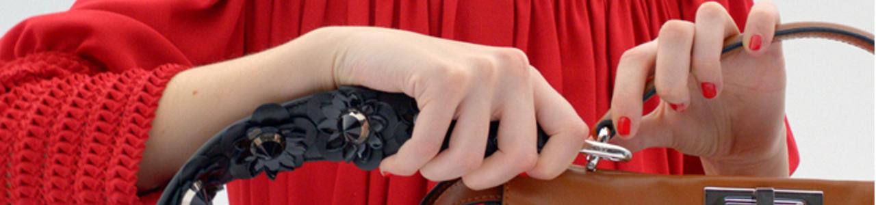 portada-blog-mujer-cambiando-correa-bolso