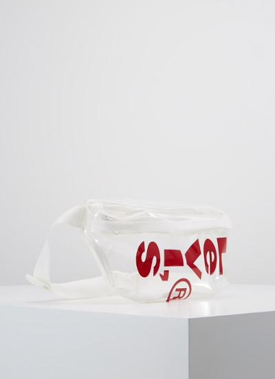 La-fiebre-por-las-prendas-y-complementos-transparentes-riñonera levis