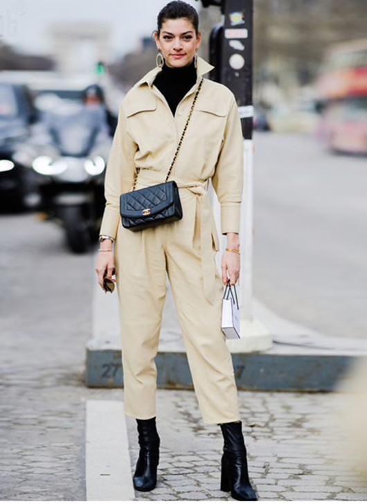 El cuello halter es ideal a la hora de elegir una prenda que añadir debajo de tu jumpsuit.-4